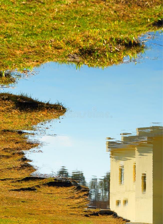 Reflexión abstracta de la cabina de la cabaña en fondo de la textura de la superficie del río imágenes de archivo libres de regalías