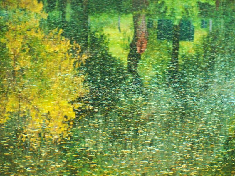 Reflexión abstracta del agua de la caída imagen de archivo libre de regalías