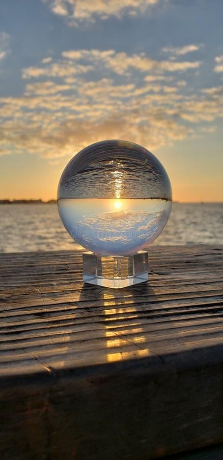 Reflexión al revés de la puesta del sol imagenes de archivo