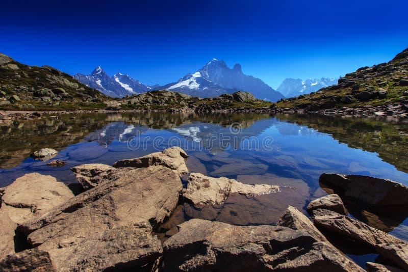 Reflexión alpestre del lago en las montan@as francesas imagen de archivo libre de regalías