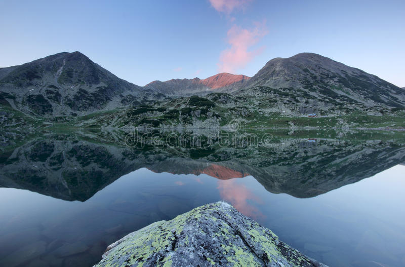 Reflexión alpestre del lago - montaña de Retezat, Rumania foto de archivo libre de regalías