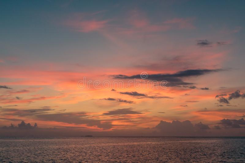 Reflexión colorida de la puesta del sol en un cielo nublado y un mar imagen de archivo libre de regalías