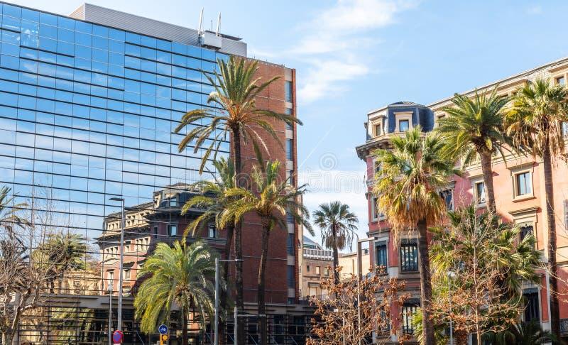 reflexión Construcción Vidrio palmas Barcelona azul Cielo fotos de archivo