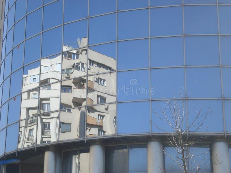 Reflexión constructiva de la pared de cristal imagenes de archivo