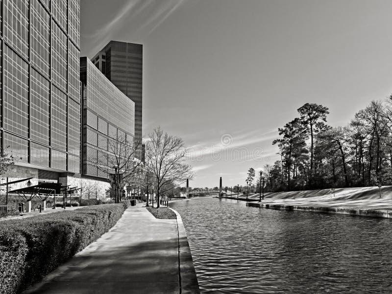 Reflexión constructiva a lo largo del canal los arbolados TX 4 B&W imagenes de archivo