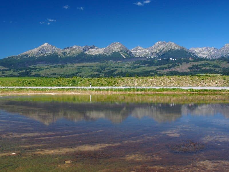Reflexión de alto Tatras en el lago fotografía de archivo