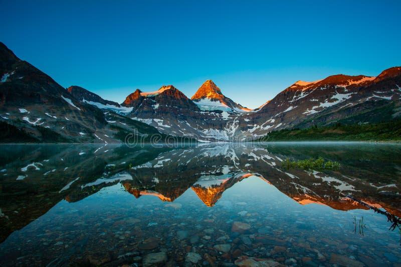 Reflexión de Assiniboine del montaje fotos de archivo libres de regalías