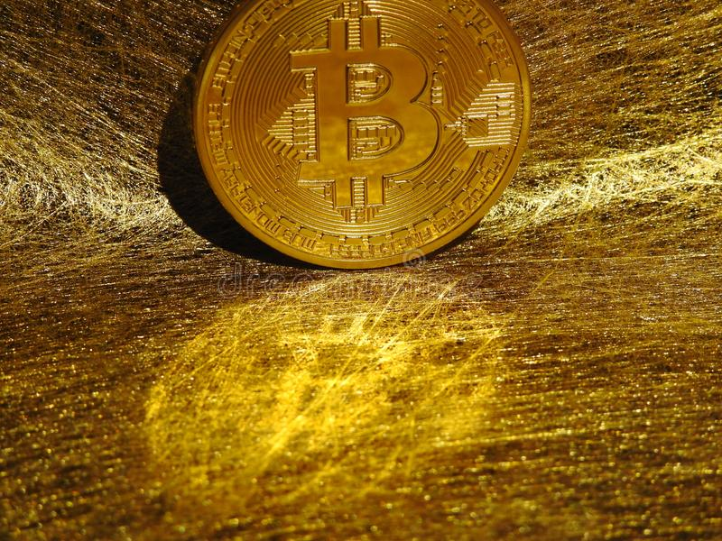 Reflexión de Bitcoin en el web de oro fotografía de archivo libre de regalías