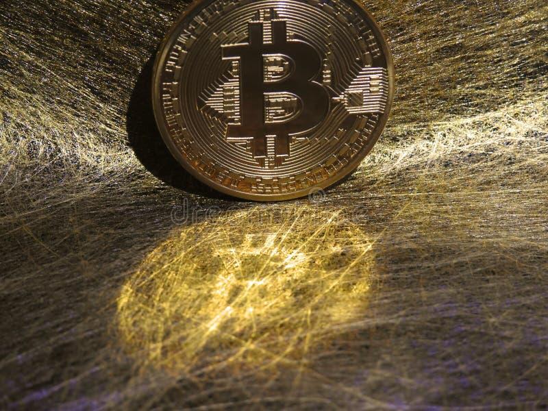 Reflexión de Bitcoin en los alambres del oro imagenes de archivo
