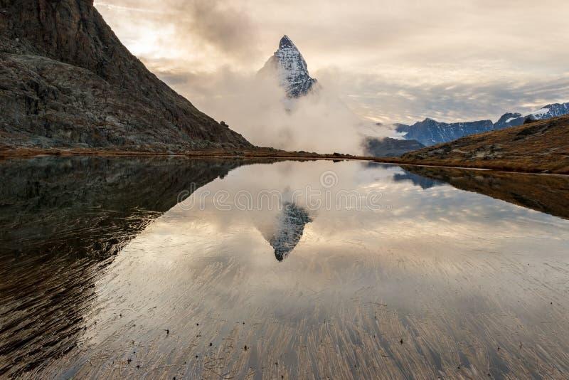 Reflexión de Cervino en el lago Riffelsee imagen de archivo libre de regalías