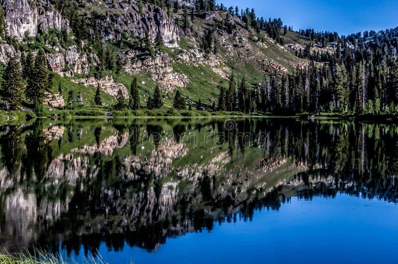 Reflexión de cristal de la montaña imagenes de archivo