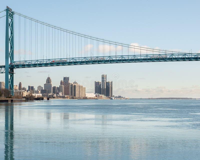 Reflexión de embajador Bridge en un río Detroit helado fotos de archivo
