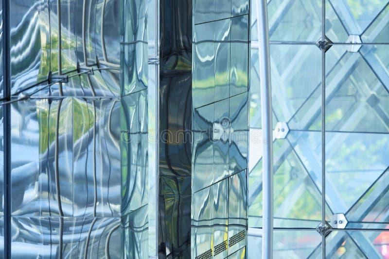 Reflexión de espejo abstracta en el edificio geométrico de la forma imágenes de archivo libres de regalías