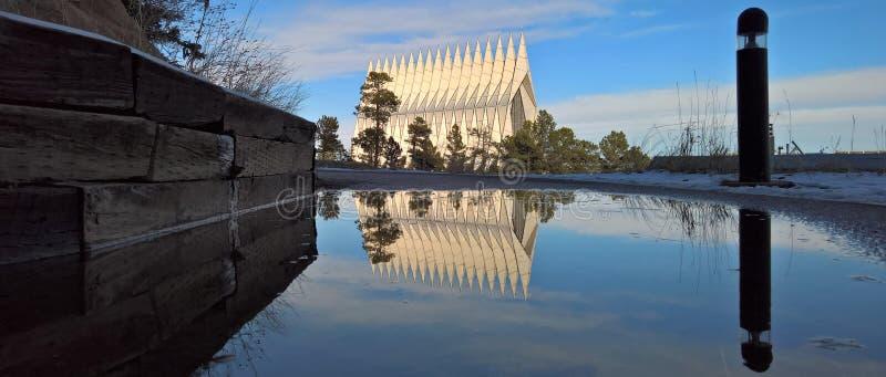 Reflexión de la capilla de la academia de fuerza aérea de los E.E.U.U. en un charco del invierno imágenes de archivo libres de regalías