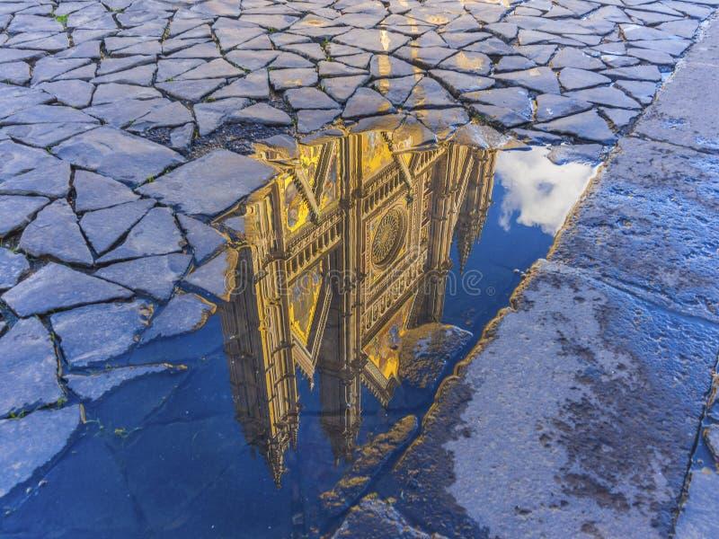 Reflexión de la catedral de Orvieto fotografía de archivo libre de regalías