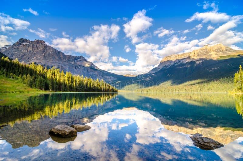 Reflexión de la cordillera y del agua, lago esmeralda, mountai rocoso foto de archivo