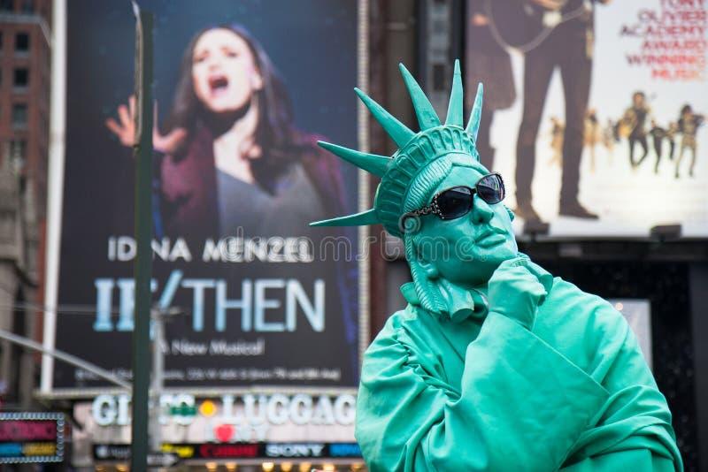 Reflexión de la estatua de Liberty Bellowing Frozen imagenes de archivo