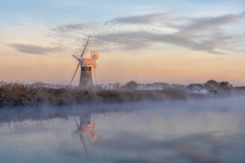 Reflexión de la mañana en la niebla imágenes de archivo libres de regalías