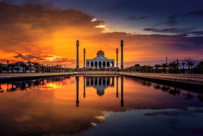 Reflexión de la mezquita en agua fotografía de archivo