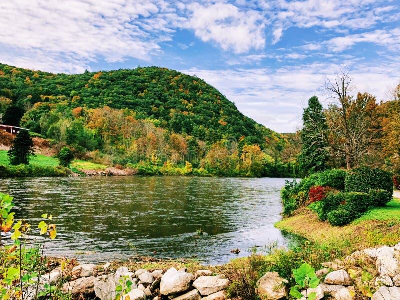 Reflexión de la montaña del otoño en el río de Housatonic imagen de archivo