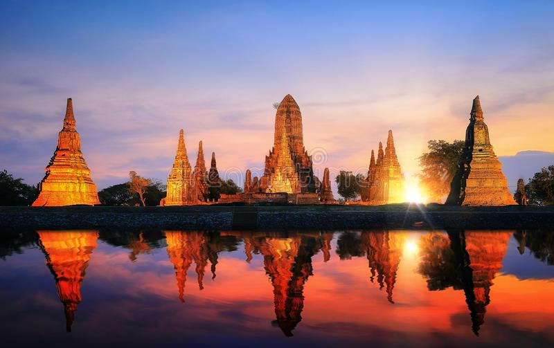 Reflexión de la pagoda y del templo viejo en el PA de la ciudad antigua de Ayutthaya fotografía de archivo libre de regalías