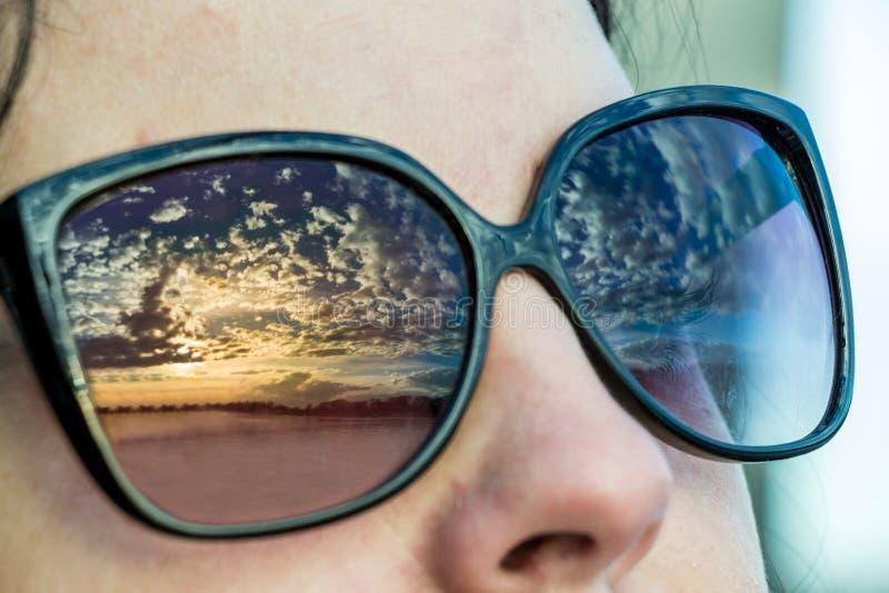 Reflexión de la puesta del sol con el cielo nublado imagen de archivo libre de regalías