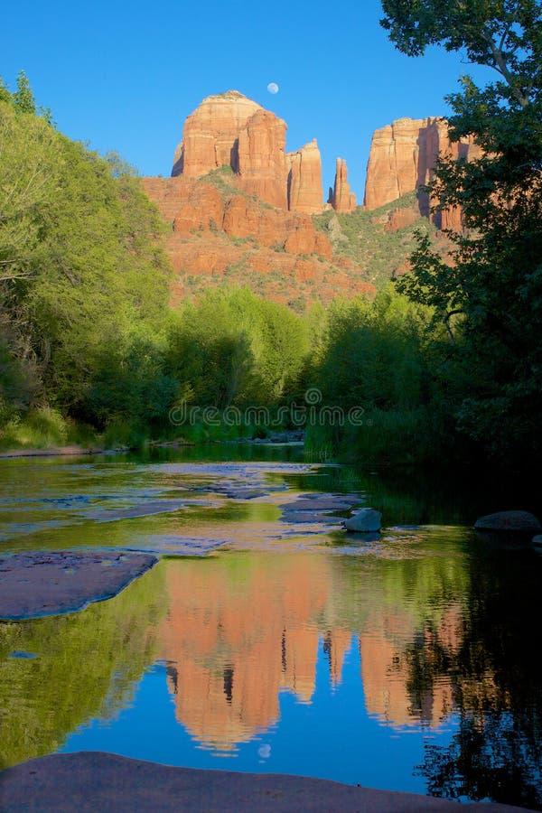 Reflexión de la roca y de la luna de la catedral foto de archivo