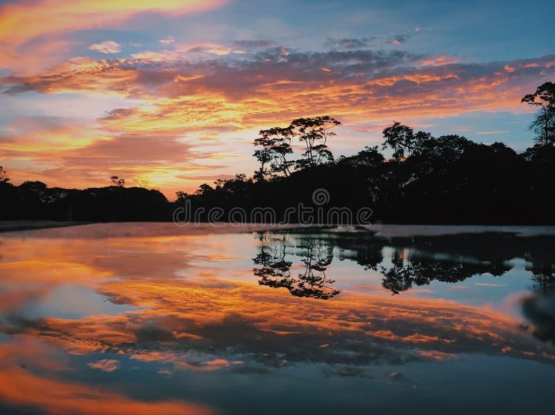 Reflexión de la salida del sol fotos de archivo