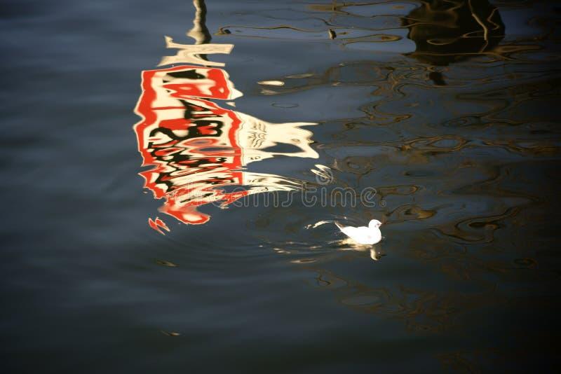 Reflexión de la señal de tráfico en el río foto de archivo