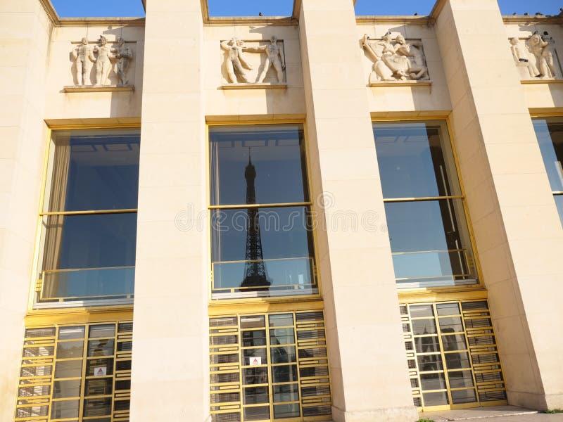 Reflexión de la torre Eiffel en vidrio de la ventana fotografía de archivo