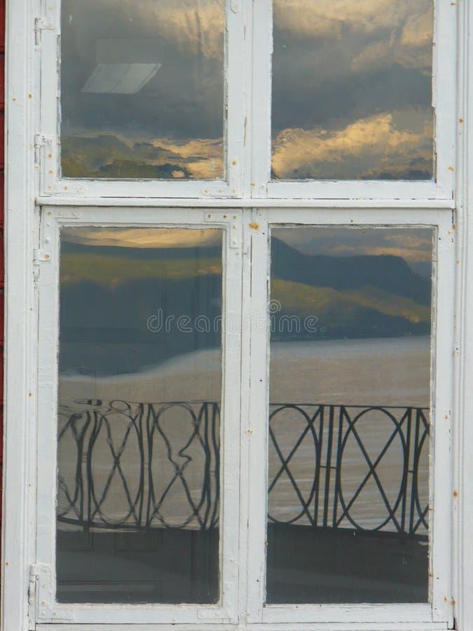 Reflexión de la ventana de montañas fotos de archivo