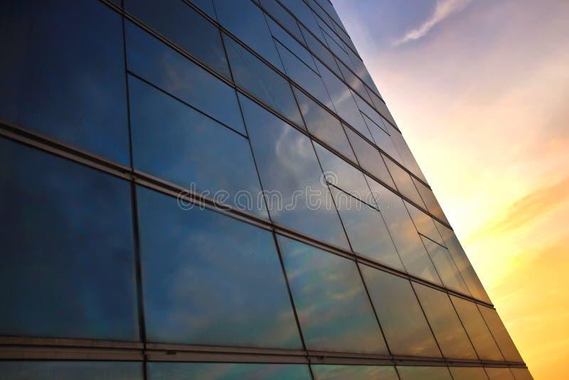 Reflexión de la ventana en el tiempo de la puesta del sol imágenes de archivo libres de regalías