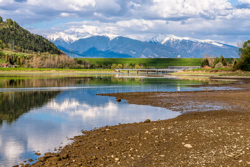 Reflexión de las montañas en el lago el día soleado de la primavera, Eslovaquia fotografía de archivo