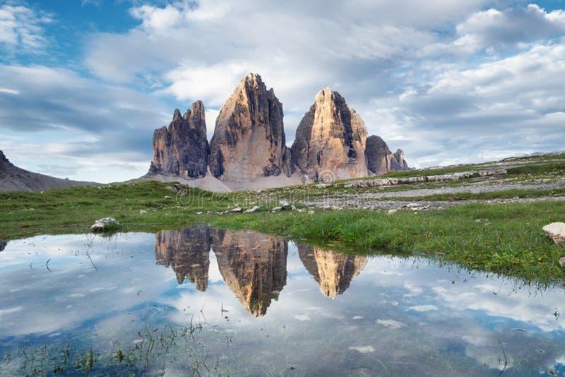 Reflexión de las montañas en la superficie del agua Paisaje natural en las montañas de las dolomías en la Italia foto de archivo