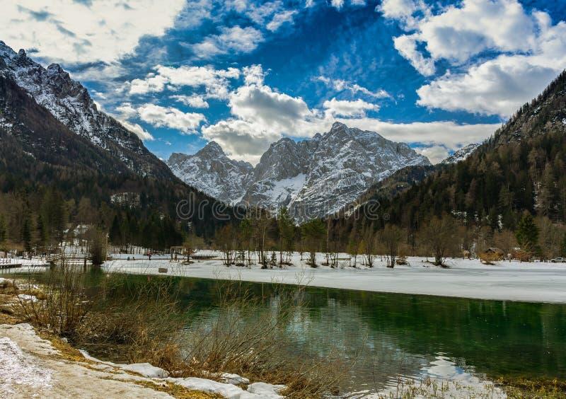 Reflexión de las montañas en un pequeño lago verde en Julian Alps fotos de archivo libres de regalías