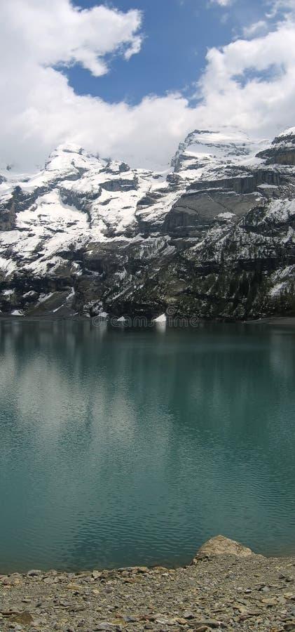 Reflexión de las montan@as en el lago Oeschinensee, Suiza foto de archivo