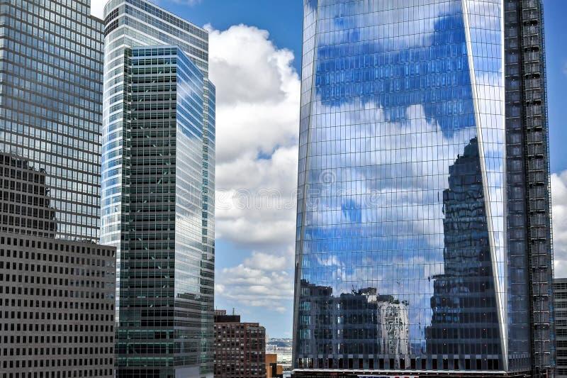 Reflexión de las nubes en las ventanas, edificios modernos, Manhattan, Nueva York fotografía de archivo