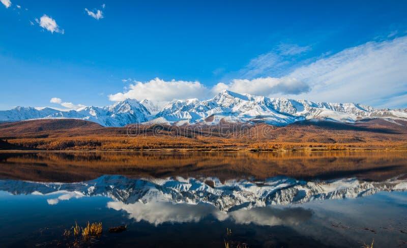 Reflexión de los picos de la nieve imagen de archivo