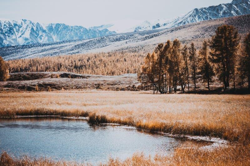 Reflexión de montañas con los picos nevosos imagenes de archivo