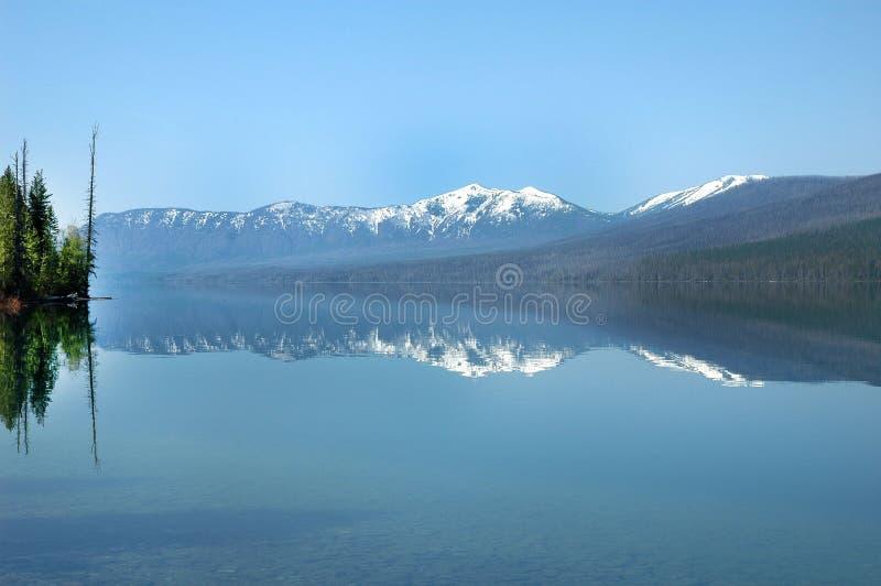 Reflexión de montañas en agua fotografía de archivo