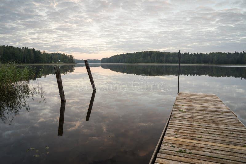 Download Reflexión De Nubes En El Lago Con El Paseo Marítimo Foto de archivo - Imagen de río, paisaje: 44850462