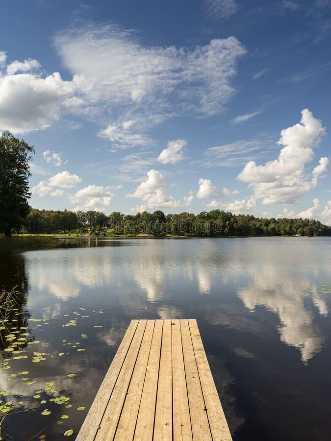 Download Reflexión De Nubes En El Lago Con El Paseo Marítimo Foto de archivo - Imagen de cielo, embarcadero: 44850756