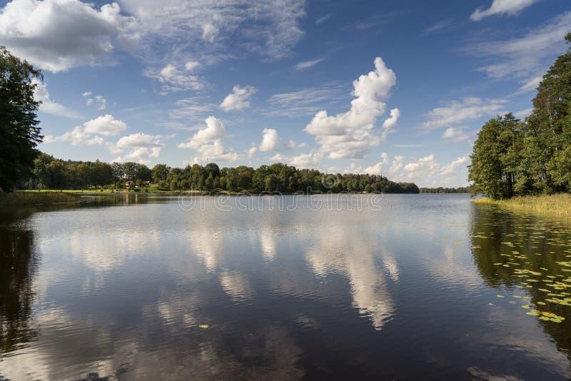 Download Reflexión De Nubes En El Lago Con El Paseo Marítimo Foto de archivo - Imagen de día, relaje: 44850782
