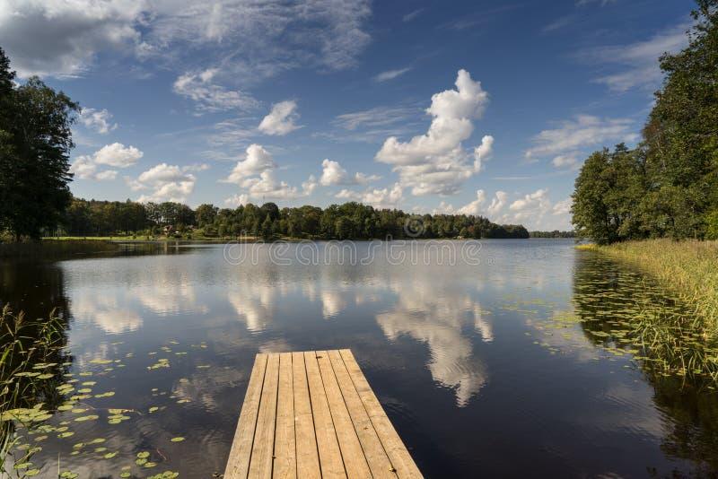 Download Reflexión De Nubes En El Lago Con El Paseo Marítimo Foto de archivo - Imagen de reflexión, día: 44850786
