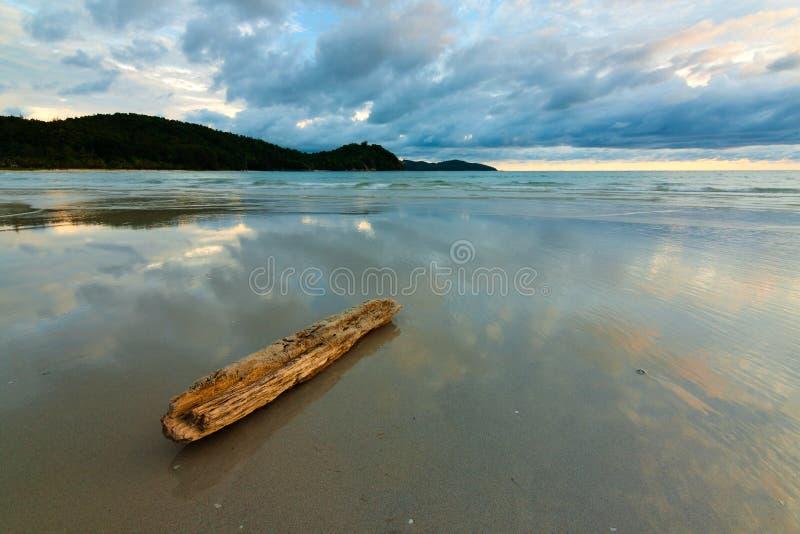 Reflexión de nubes en la arena mojada en una playa foto de archivo