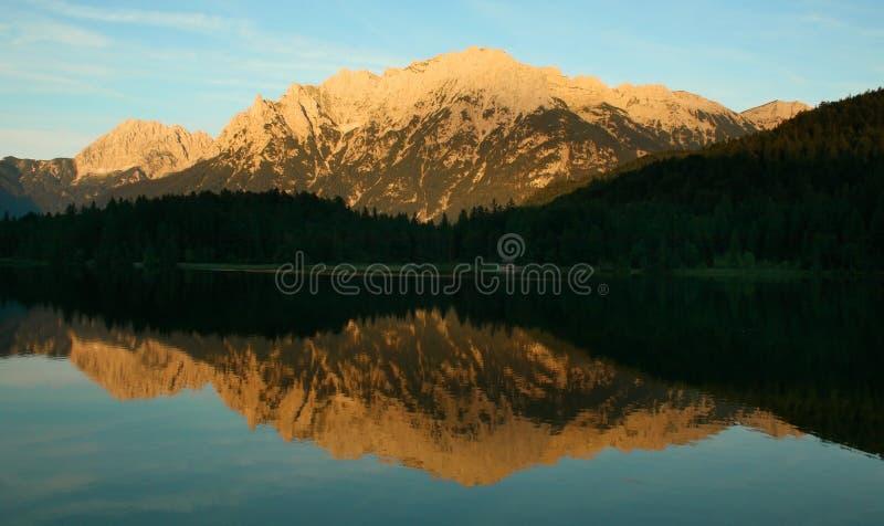 Reflexión de oro del agua de la montaña fotos de archivo libres de regalías