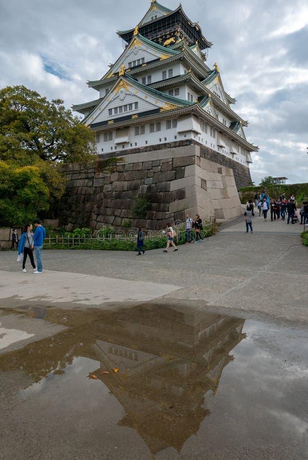 Reflexión de Osaka Castle Complex en la estación del otoño en Osaka, Japón fotos de archivo
