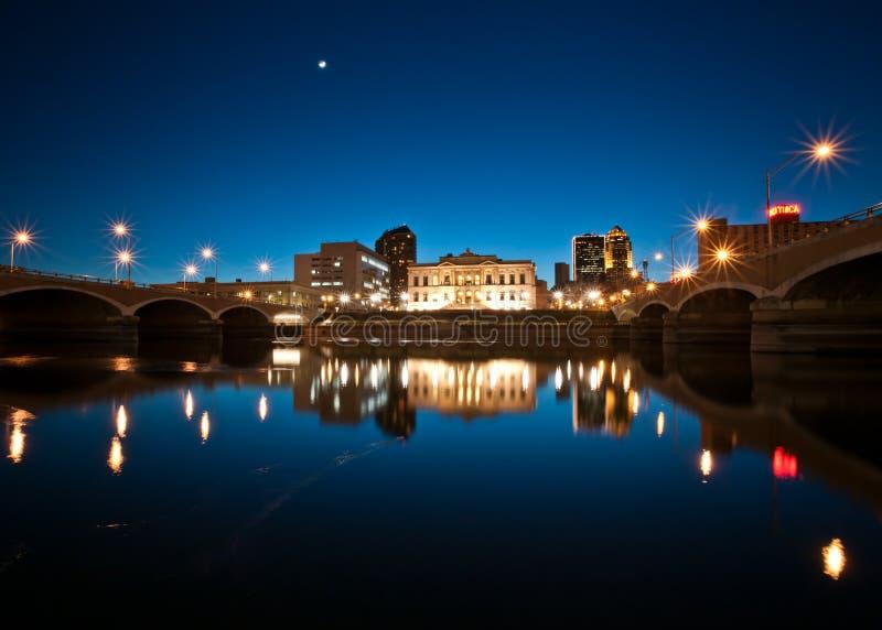 Reflexión de Riverwalk en el crepúsculo fotografía de archivo