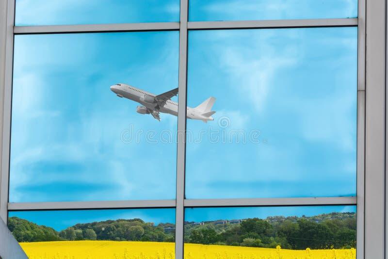 Reflexión de un aeroplano durante inicio imágenes de archivo libres de regalías