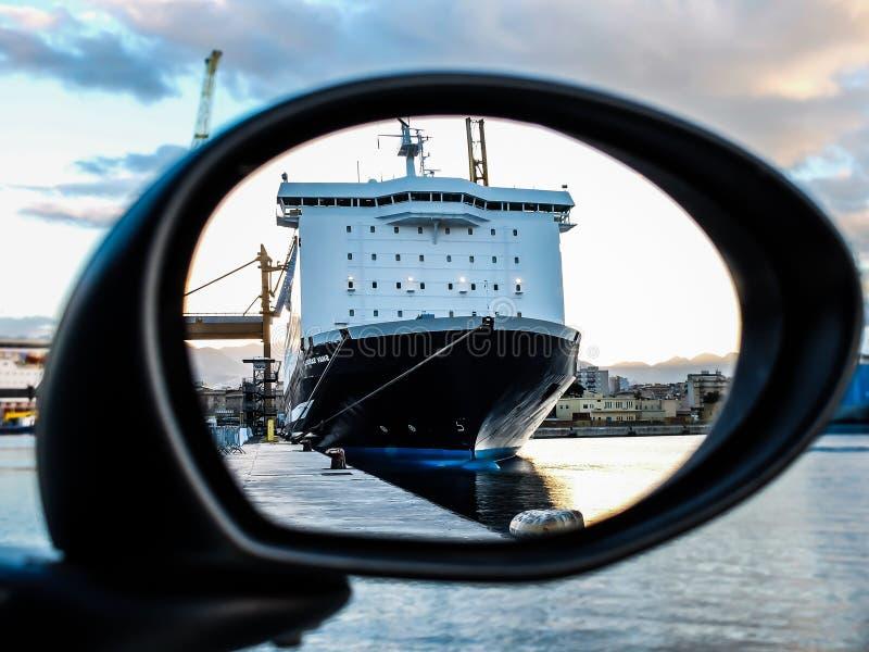 Reflexión de un barco de cruceros fotografía de archivo